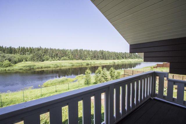 Балкон и терраса в доме возле реки всегда становятся любимым местом отдыха
