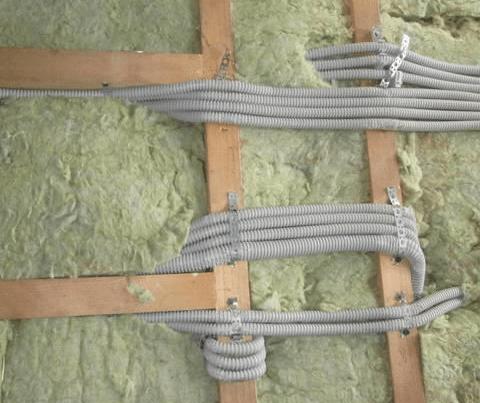 В открытой системе все эти провода пришлось бы протягивать поверх стен