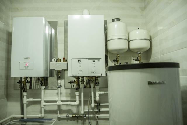 Комплект оборудования: котлы (газовый + электрический), расширительные баки, бойлер