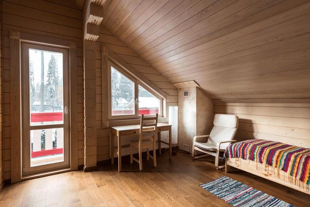 Если окна недостаточно для естественного освещения — поможет стеклянная дверь на балкон