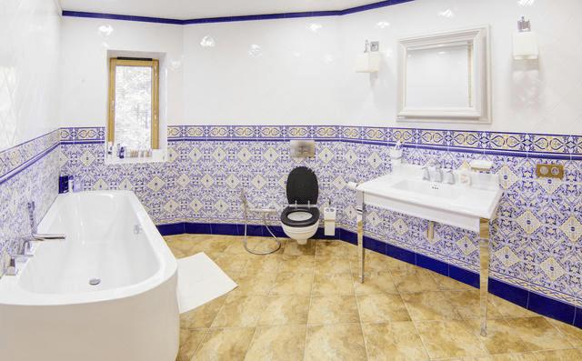 Пример финальной отделки ванной комнаты вкоттедже изклееного бруса. Ниодной трубы!