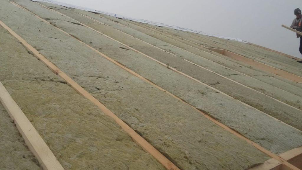 стропильная система заполняется минеральной ватой