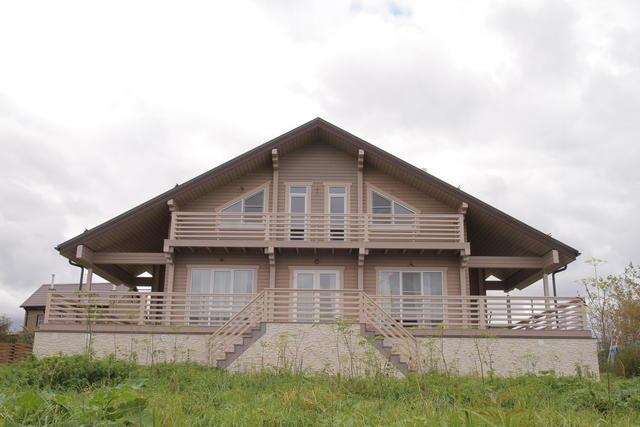 Дом из клееного бруса с цоколем