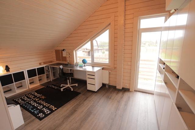 В комнате с правильно расположенной мебелью скошенный потолок не мешает